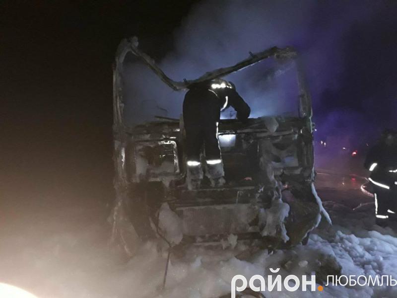 У вантажівці згорів водій