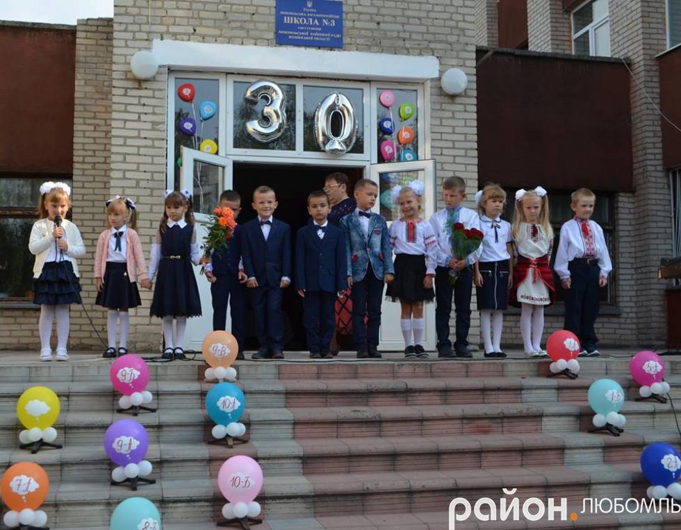 46 першокласників у ювілений для школи рік сіли за парти.