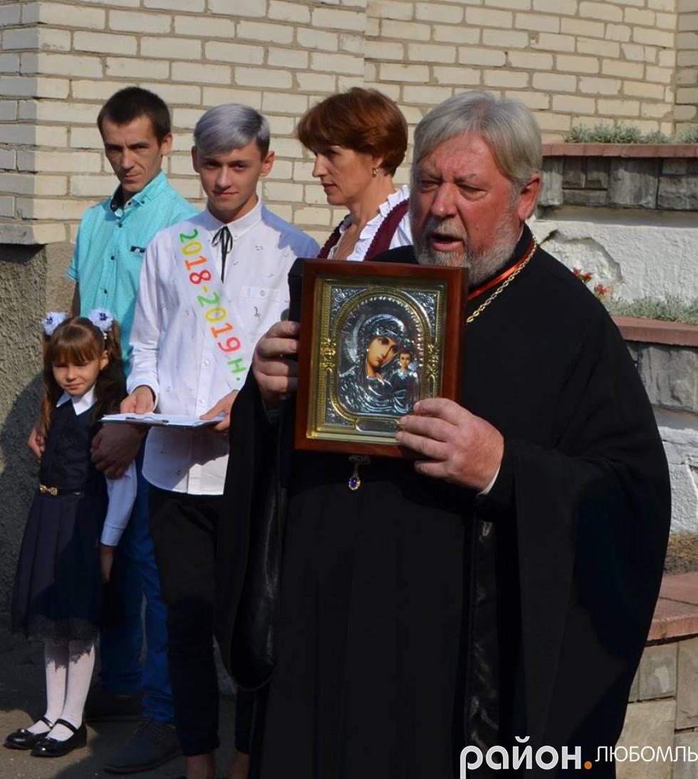 Отець Василій Мельничук благословив на новий навчальний рік.