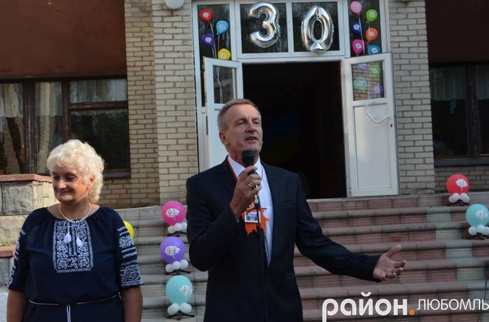 Екс-директор Василь Стрільчук привітав колег із ювілеєм та побажав нинішній очільниці Тетяна Янчук і надалі йти в ногу з часом.