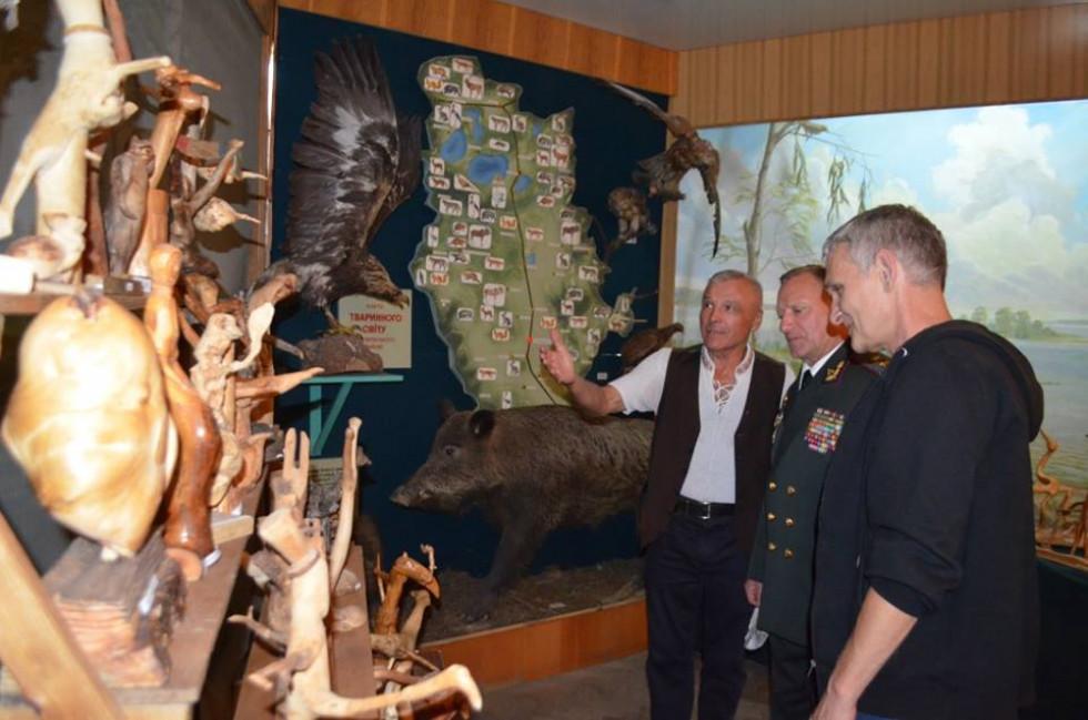 Гість оглянув виставку коренепластики Володимира Філіпчука.