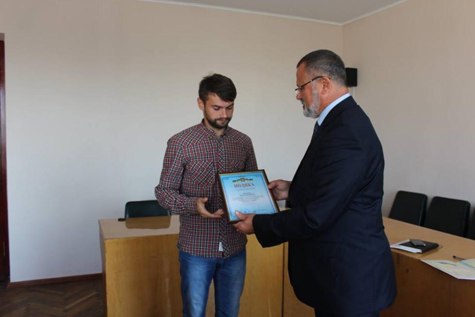 Лікар-травматолог Микола Абрамчук отримує нагороду з рук Олександра Устименка.