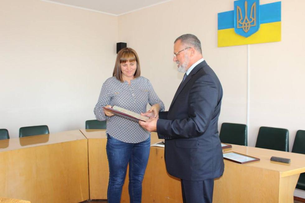 Почесною грамотою нагороджено завідуючу відділення по незаразних хворобах тварин Любомльської районної державної лікарні ветеринарної медицини Валентину Литвиненко.