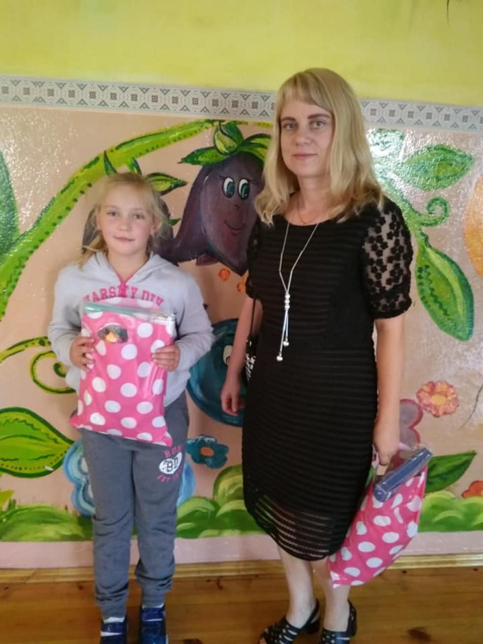 Подарункові набори отримали Вікторія та Дарія Федчишині, доньки загиблого учасника АТО Анатолія Федчишина.