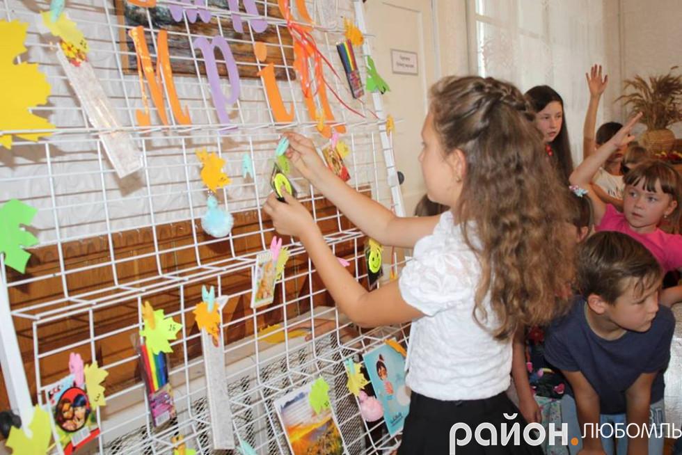 Діти витягували номери, за якими потім отримували призи з дошки мрій.