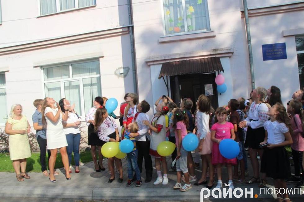 Діти разом з керівниками випустили кульки в небо.