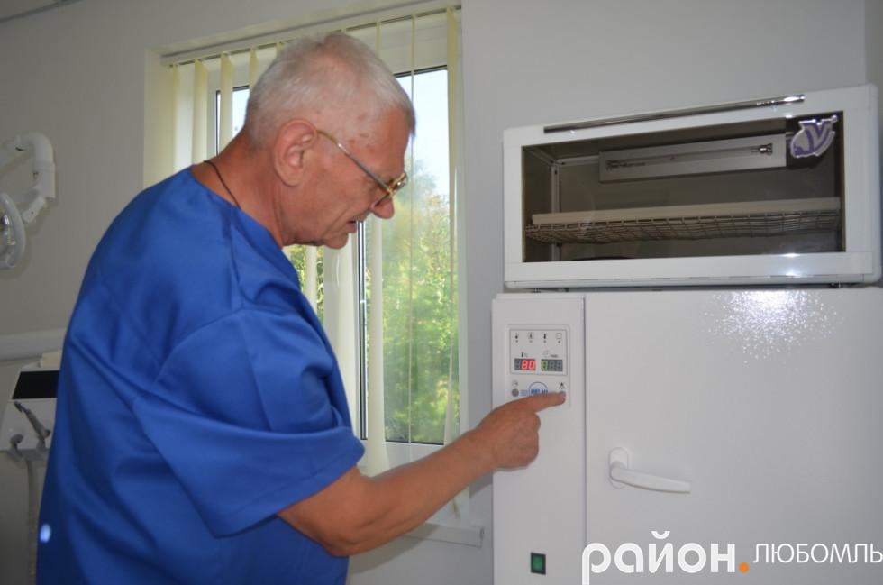 Микола Пастушенко демонструє роботу приладу.
