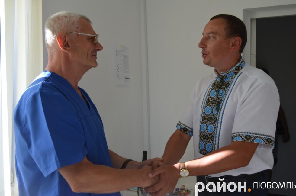 Володимир Крижук вітає Миколу Пастушенка.