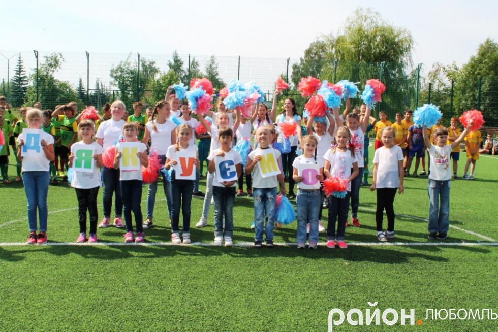 Учні школи №2 у знак вдячності підготували танці, пісні та влаштували флешмоб.