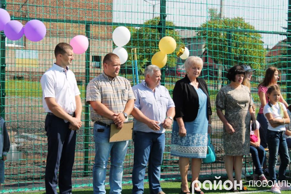 Із музикою, кульками, високими промовами представників різних рівнів влади відбулося урочисте відкриття спортивного майданчика зі штучним покриттям.