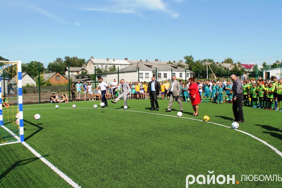 Представники різних рівнів влади забили перший гол у ворота під час відкриття майданчикаю