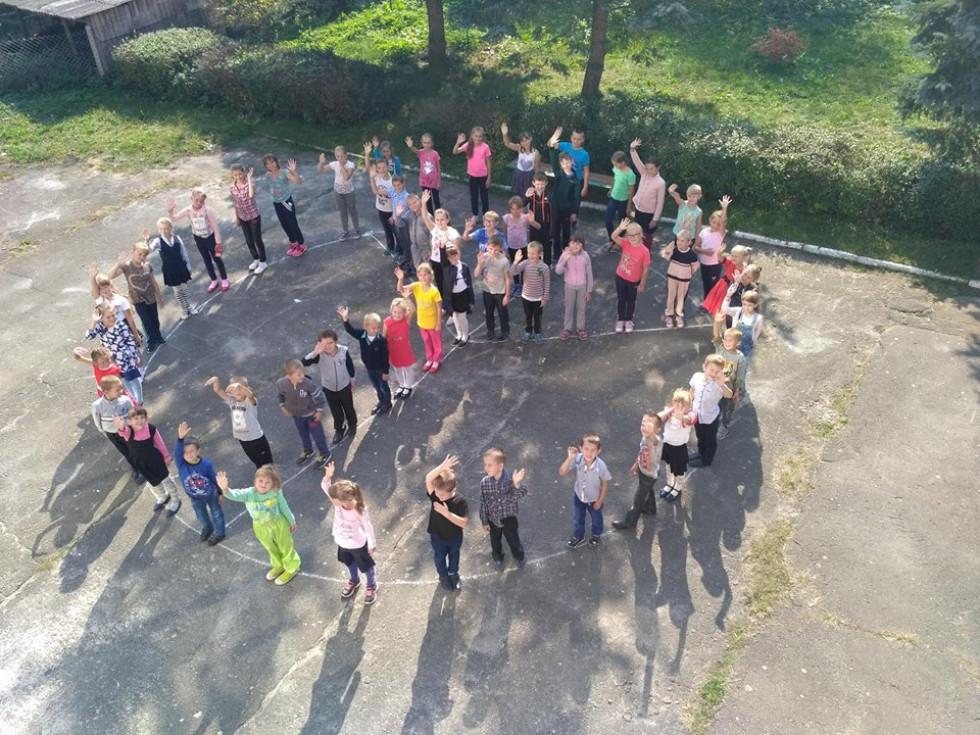 Учні утворили живий знак миру