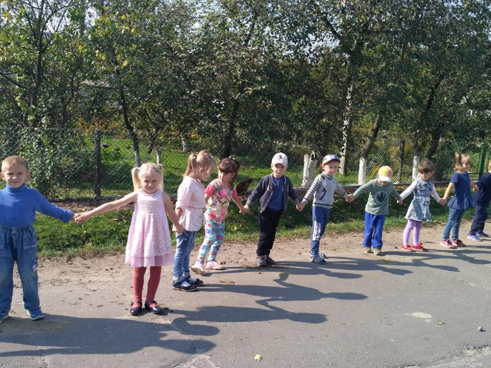 Школярі і вихованці дитячого садочка об'єдналися у символічний мирний ланцюг