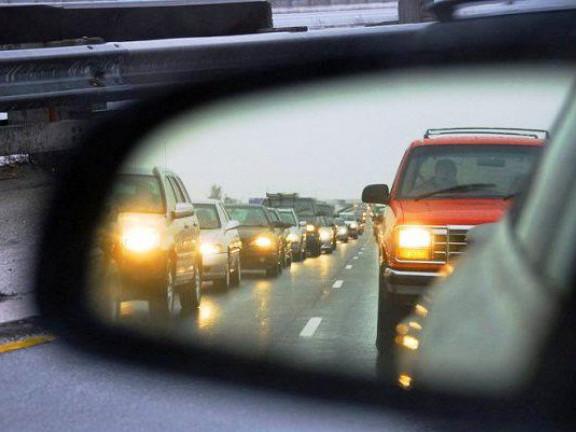 З 1 жовтня водії повинні вмикати фари навіть удень, якщо виїхали за місто
