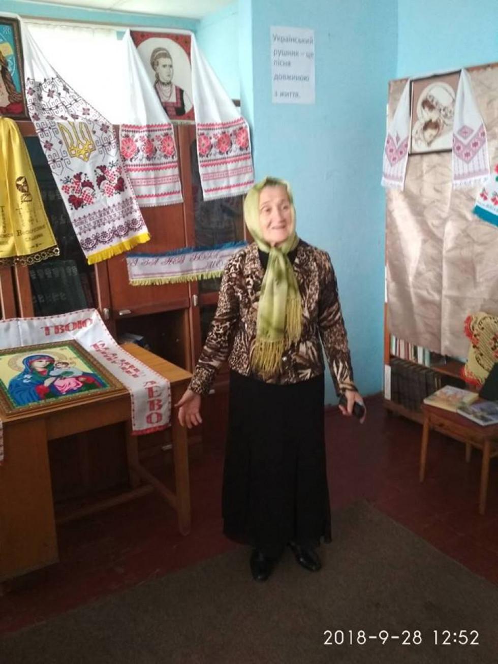 Місцева майстриня Анастасія Хацьор ознайомила зі своєю виставкою вишитих робіт.