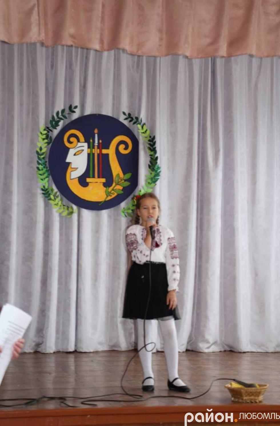 Вихованці вокального гуртка подарували пісенні номери.