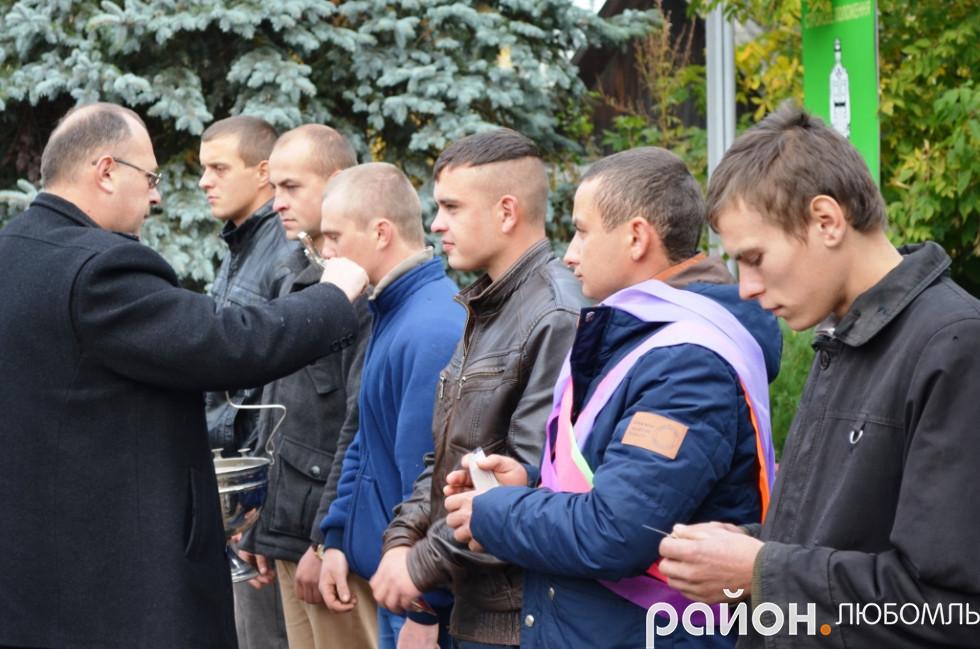 Отець Віктор вручив кожному майбутньому військовослужбовцю ікону-оберіг.