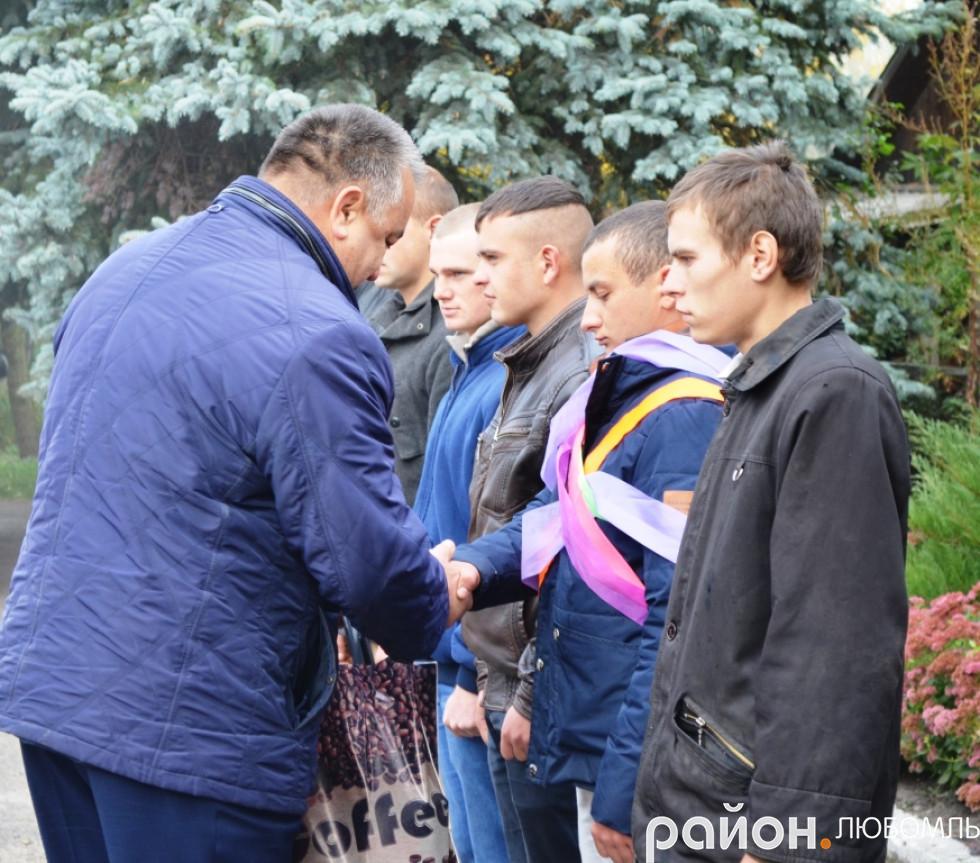 Віктор Сущик вручив невеликий подарунок призовнику із Штуня Миколі Ляшуку.