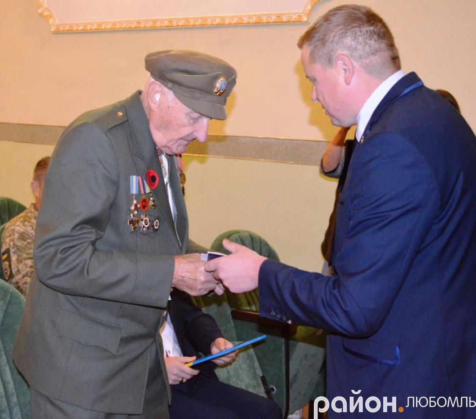 Микола Сушик вручає вітальну листівку Анатолію Дроздовичу