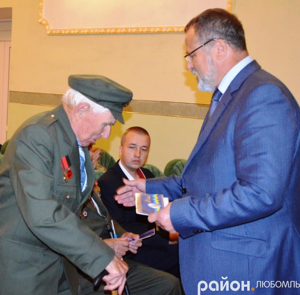 Олександр Устименко вітає Сергія Піддубенця
