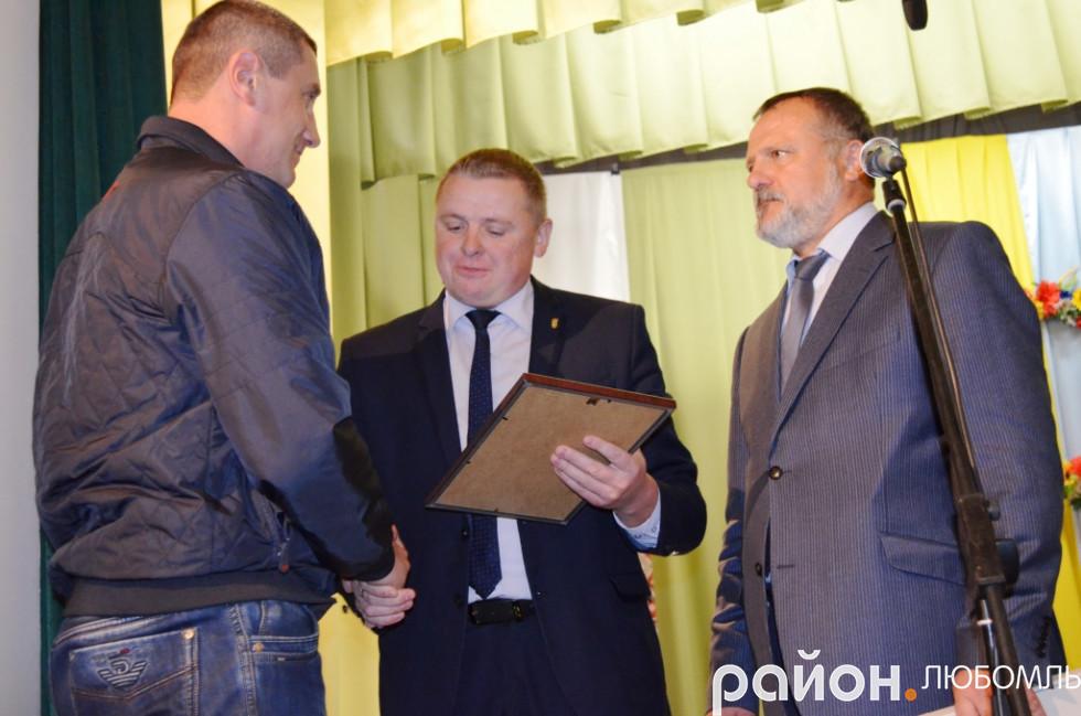 Очільники району вітають Сергія Зінчука.
