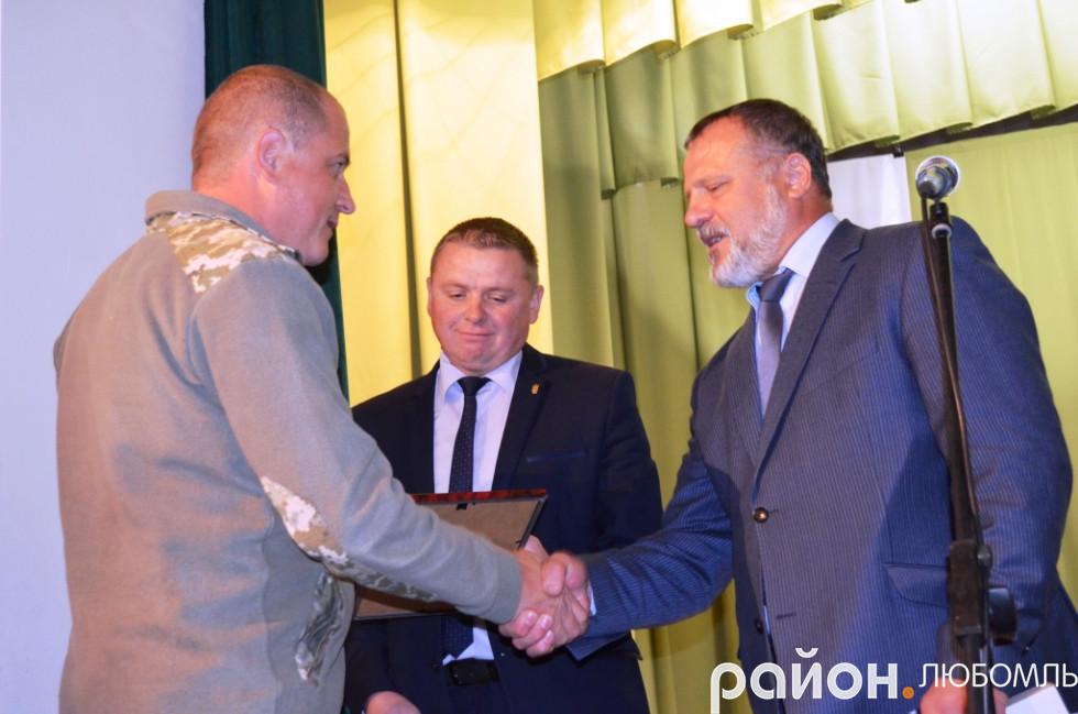 Очільники району вітають інспектора відділу прикордонної служби «Римачі» Володимира Пархомука.