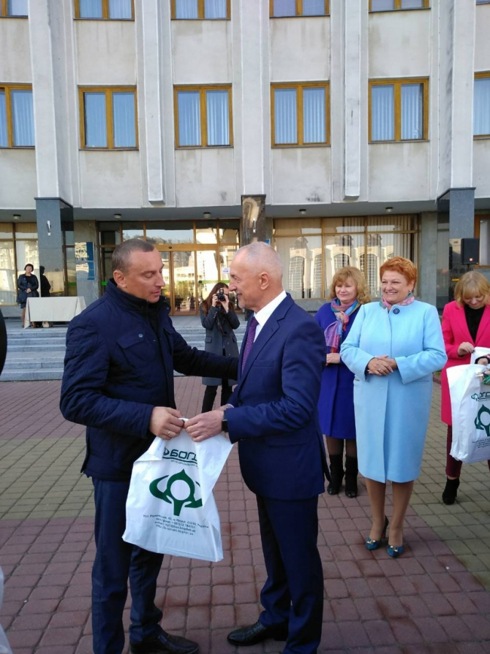 Володимир Крижук отримує документи на автобус