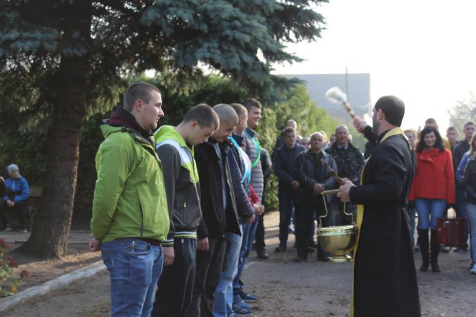 Юнаків благословив та окропив святою водою отець Віктор.