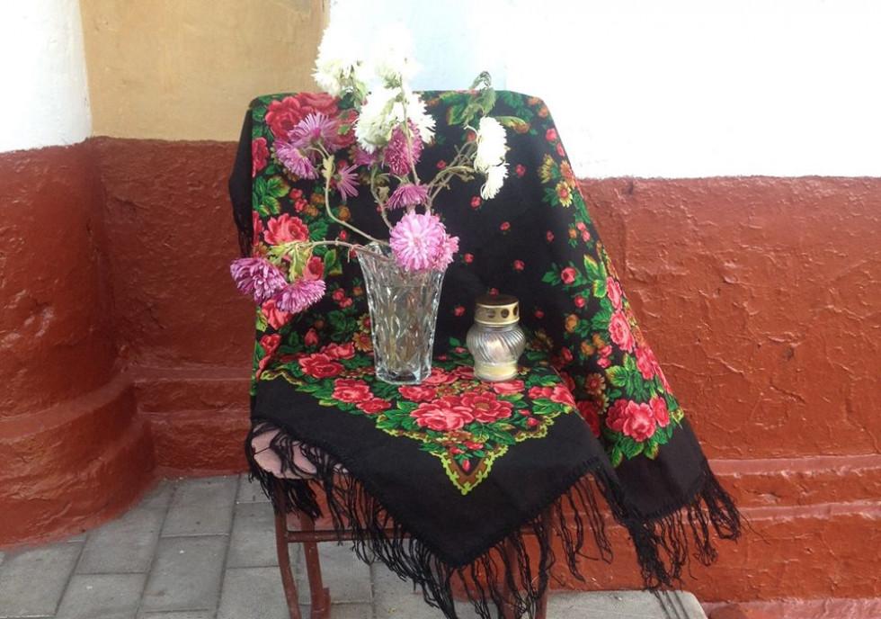 Квіти біля меморіальної дошки