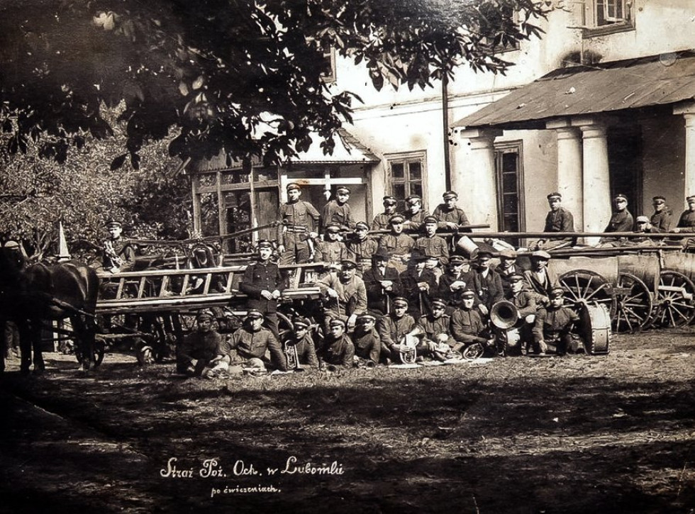 Пожежники з Любомля на фоні Палацу Браницьких, 1925 р.
