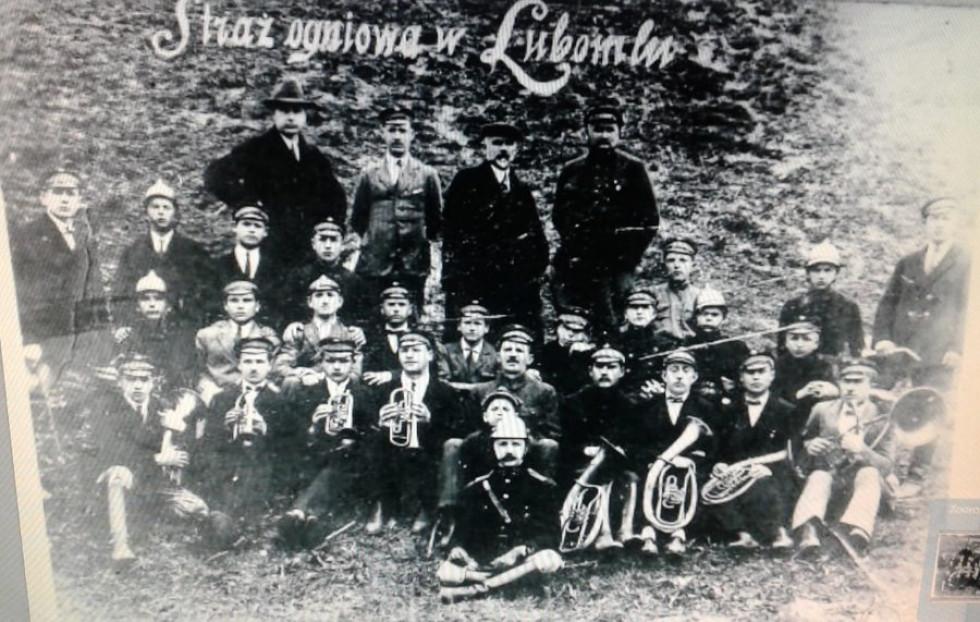 Пожежники з Любомля. В першому ряду четвертий з трубою Шнур Михайло