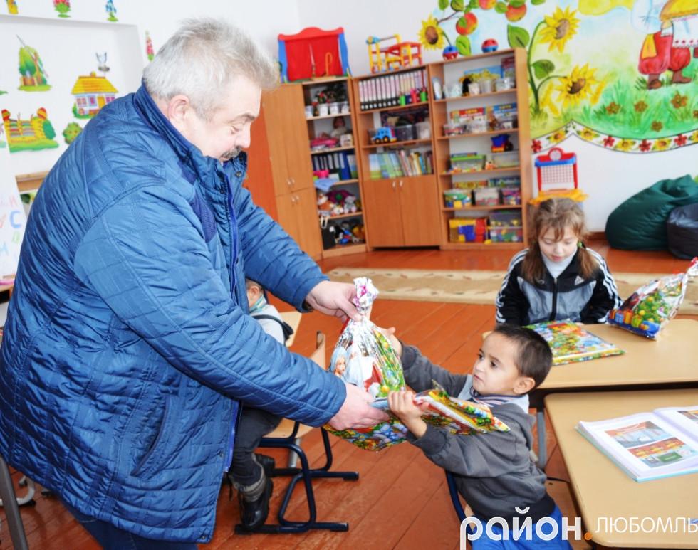 Володимир Дибель роздає подарунки в школі-інтернат