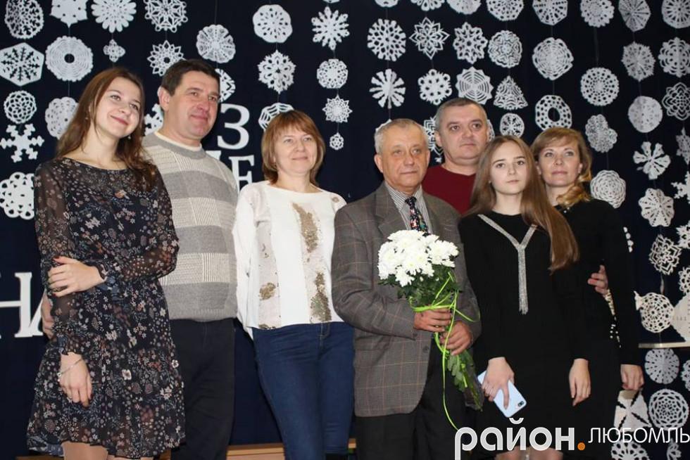 Валерій Сулік з вихованцями і їхніми батьками