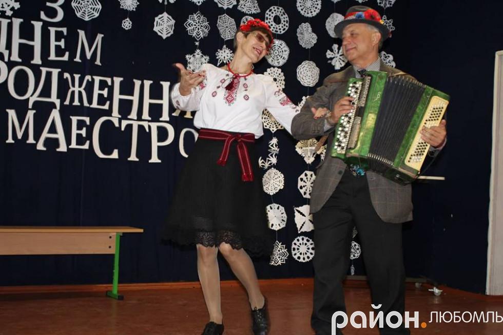 Ювіляр з керівником танцювального колективу «Едельвейс» Галиною Бородчук.