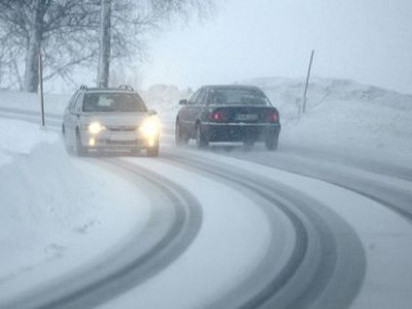 Водіїв попереджають про засніжені дороги
