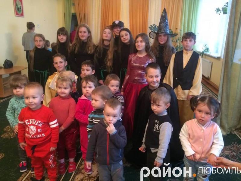 Вихованці Будинку школяра завітали з казкою до дошкільнят