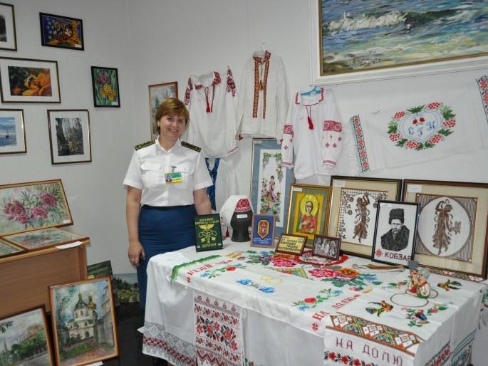 Виставка вишитих робіт Галини Бідношей на Київській митниці.