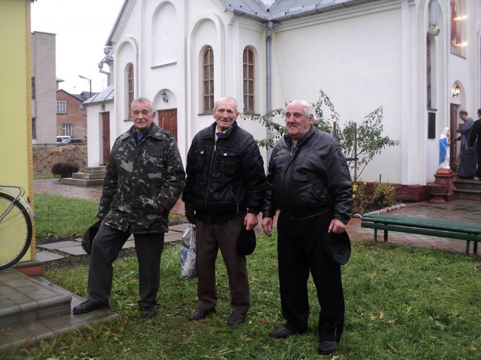 Андрій Олексійович (у центрі) серед парафіян Михайлівської церкви.