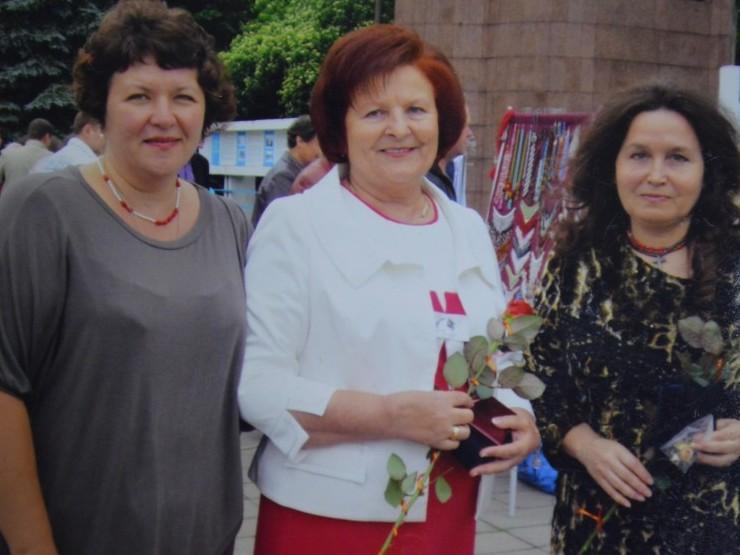 Мілентина Машковська (в центрі) зі своїми подругами-колегами.