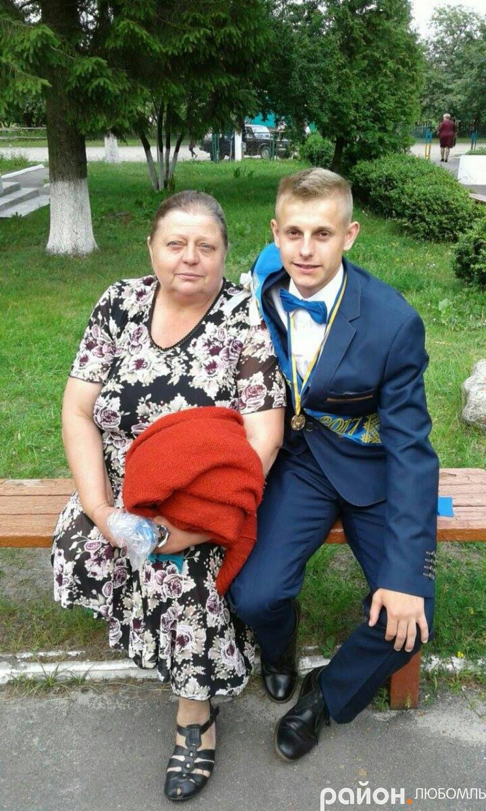 На випускному з мамою.