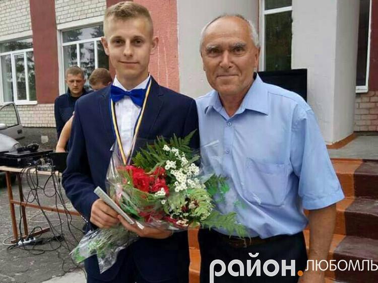 Денис Філіпчук разом із директором Машівської школи Трохимом Влащуком.
