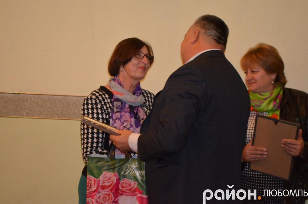 Надія Іванівна отримує на День вчителя грамоту від голови Вишнівської ОТГ Віктора Сущика.