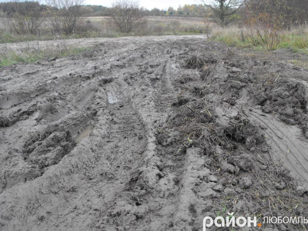 У дощові погоду дорога з Руди до Почап перетворюється у болото.