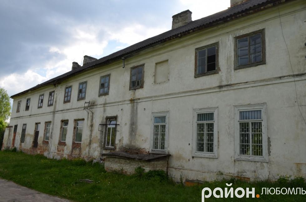 Фасад будівлі трохи відремонтували, а ця сторона так і руйнується.