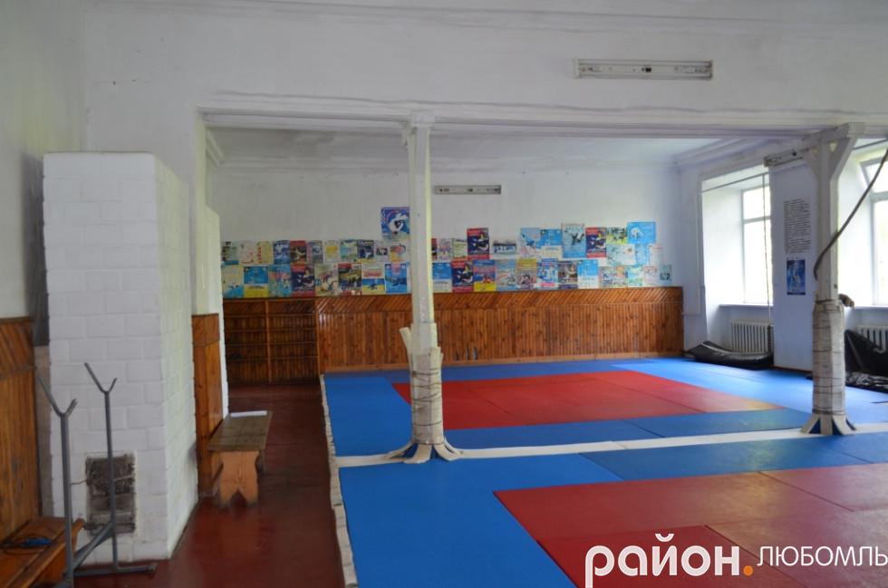 Незважаючи на умови, вихованці самовіддано тренуються у таких залах і показують хороші результатах на змаганнях навіть за кордоном.