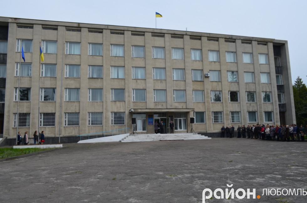 Лише з 1 січня 2019 року адмінбудівля районної ради належатиме Любомльській ОТГ.