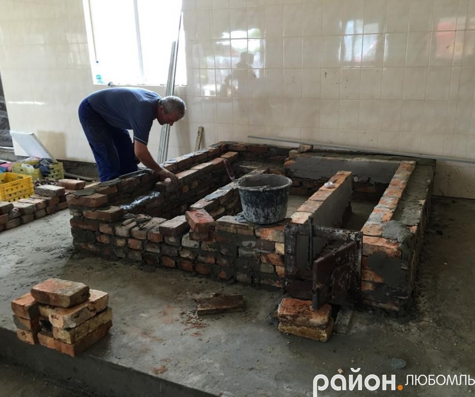 Представник сербського заводу закладає піч.