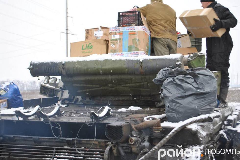 Коробки з круасанами хлопці бережно кладуть на танк, щоб не помнулися.