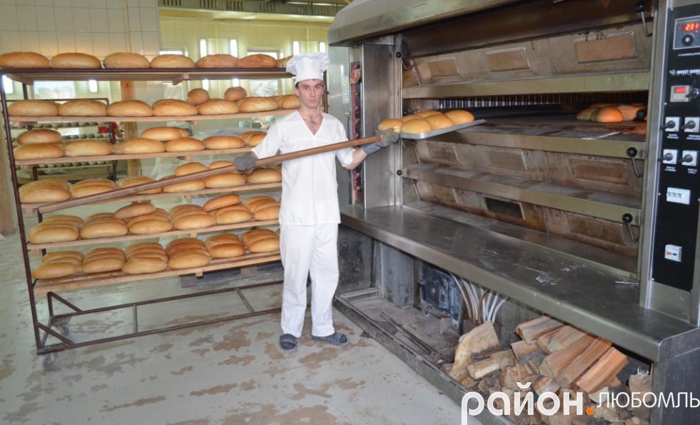 За раз випікається 240 хлібин.