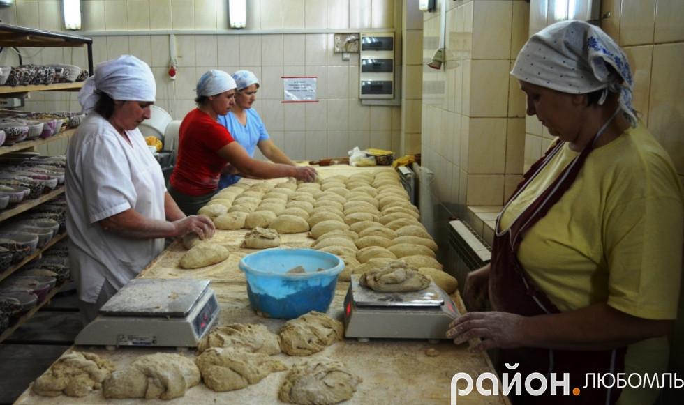 Привітні працівниці пекарні вже на автоматі виконують роботу.